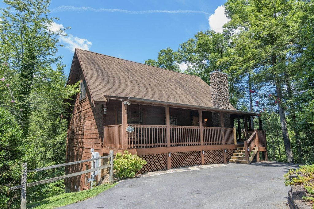 Photo of a Pigeon Forge Cabin named  Hibernation Hideaway - This is the second photo in the set.