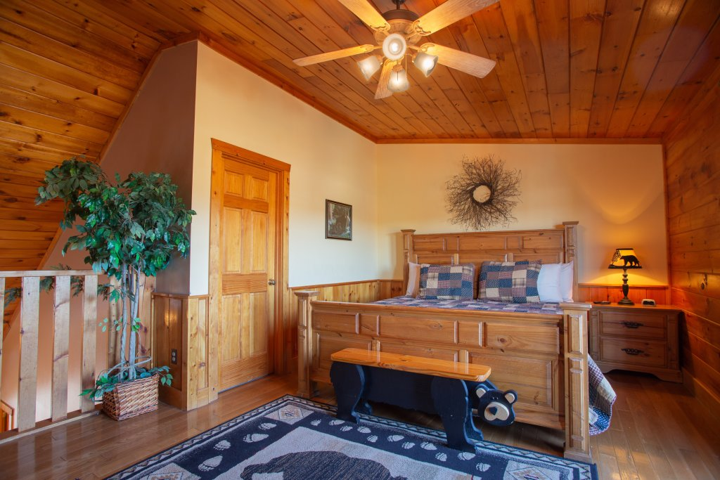 Photo of a Pigeon Forge Cabin named Bear Claw - This is the second photo in the set.