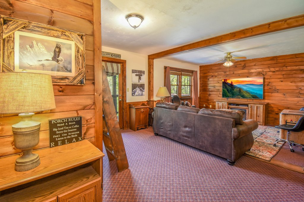Photo of a Gatlinburg Cabin named Hibernation Station - This is the nineteenth photo in the set.