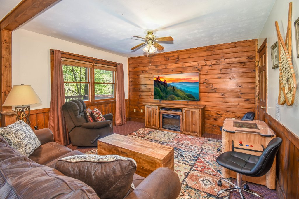 Photo of a Gatlinburg Cabin named Hibernation Station - This is the twentieth photo in the set.