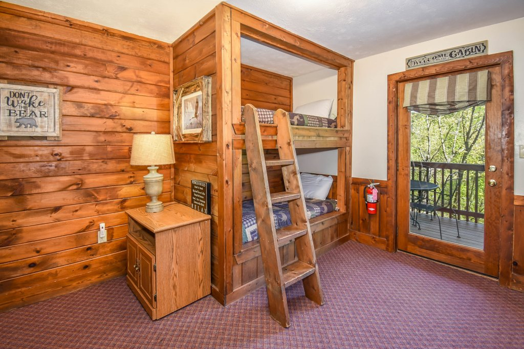Photo of a Gatlinburg Cabin named Hibernation Station - This is the twenty-second photo in the set.