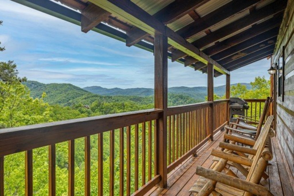 Photo of a Sevierville Cabin named Auburn Sky - This is the second photo in the set.