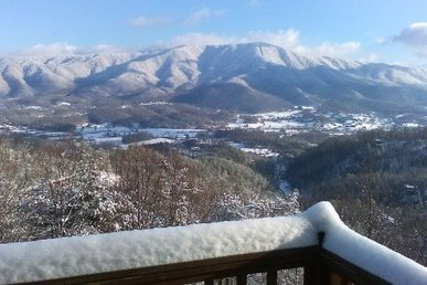 Semi-secluded 3 Bedroom, 2 Bath Cabin With Incredible Mountain Views.