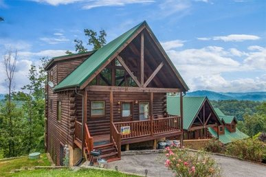 4 Bedroom, 3 Bathroom Deluxe Cabin With Sleeping Space For 12 In Pigeon Forge.