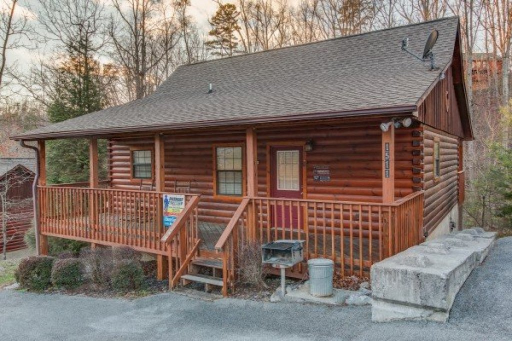 Photo of a Pigeon Forge Cabin named A Beary Cozy Escape - This is the second photo in the set.