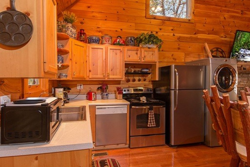 Photo of a Sevierville Cabin named Bear Hug Hideaway - This is the seventh photo in the set.