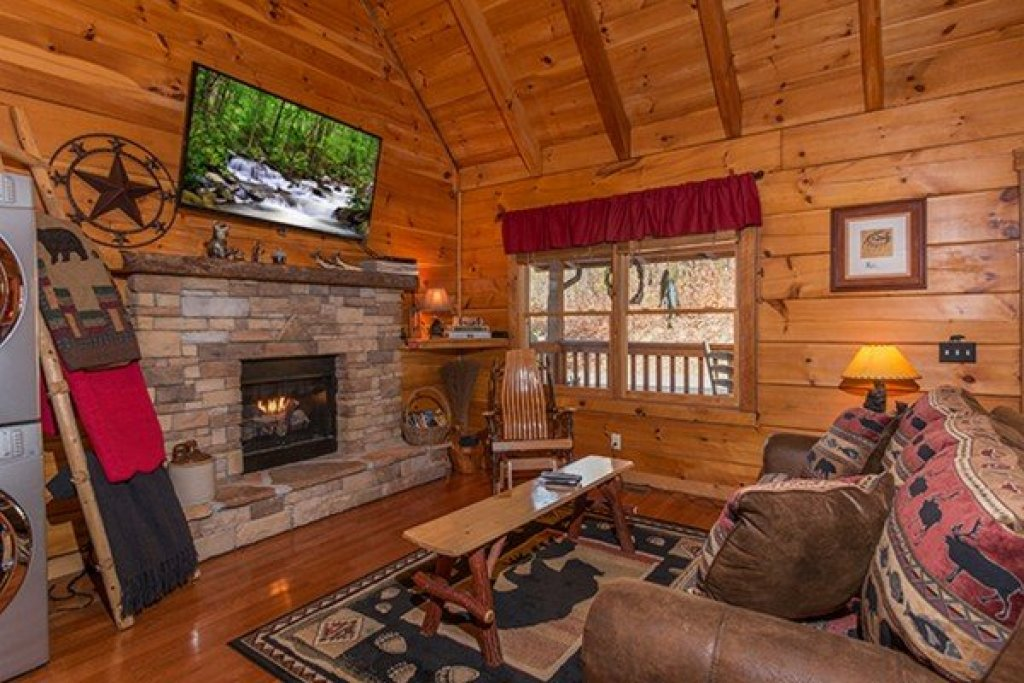 Photo of a Sevierville Cabin named Bear Hug Hideaway - This is the fourth photo in the set.