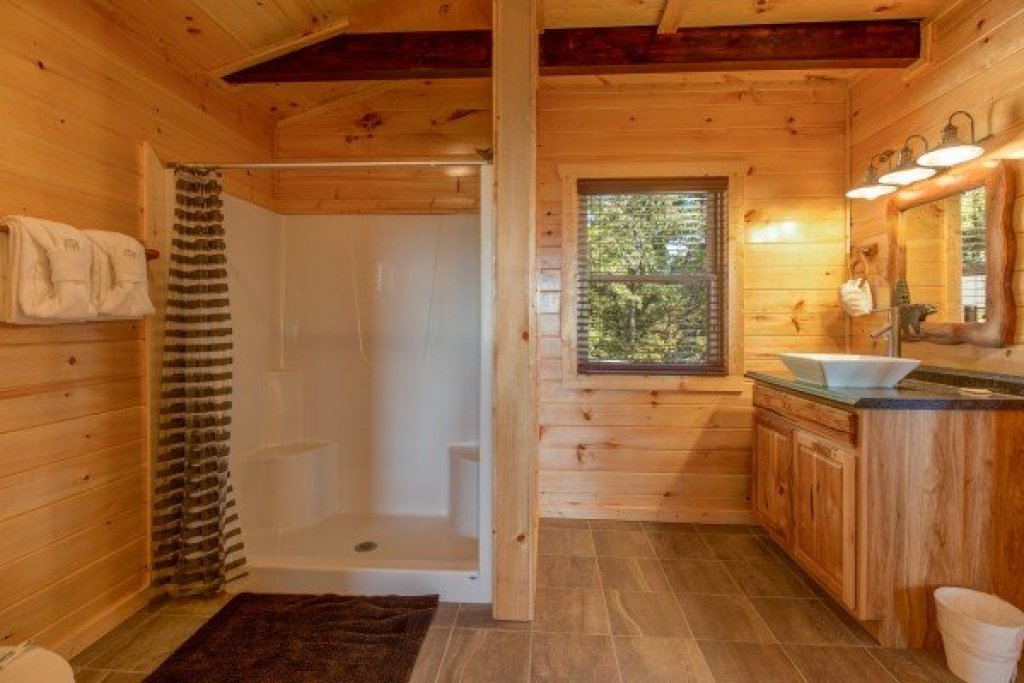 Photo of a Sevierville Cabin named Canyon Camp Falls - This is the twenty-first photo in the set.