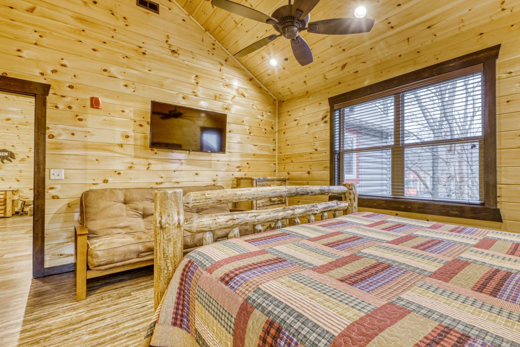 Photo of a Gatlinburg Cabin named The Big Poplar Retreat - This is the forty-second photo in the set.