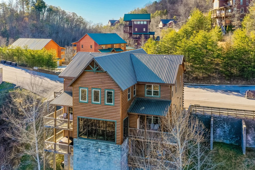 Photo of a Pigeon Forge Cabin named Mountain Splash Lodge - This is the first photo in the set.