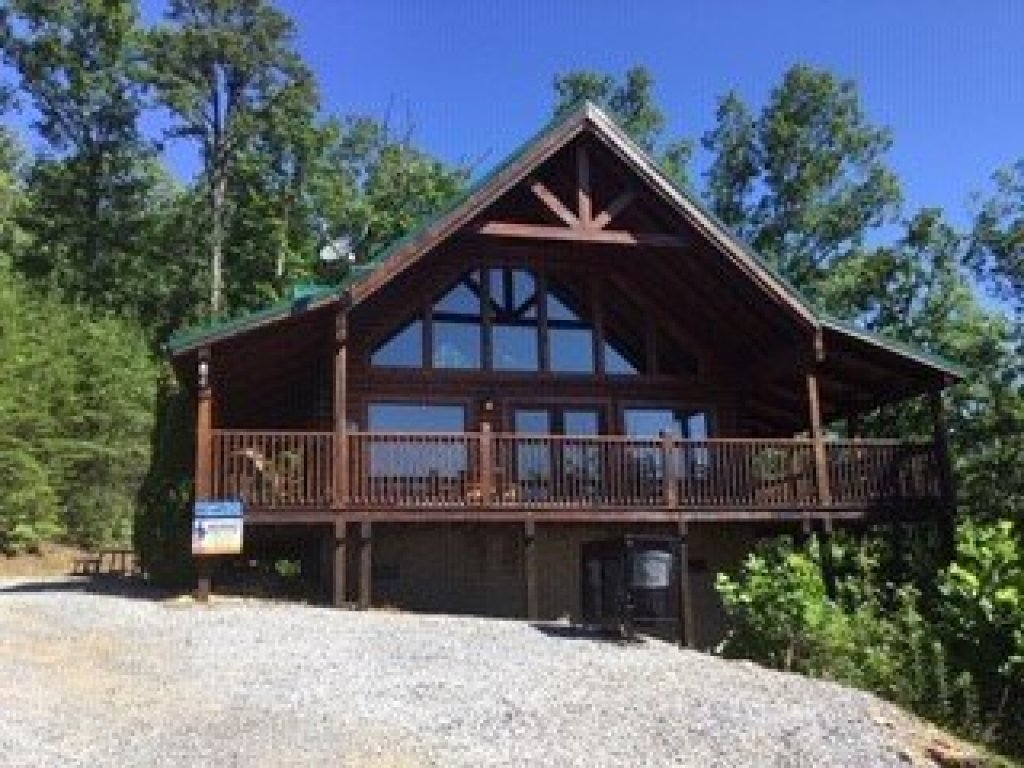 Photo of a Sevierville Cabin named Bootlegger's Bounty - This is the second photo in the set.