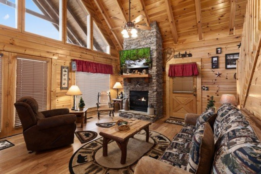 Photo of a Sevierville Cabin named Bootlegger's Bounty - This is the fifth photo in the set.