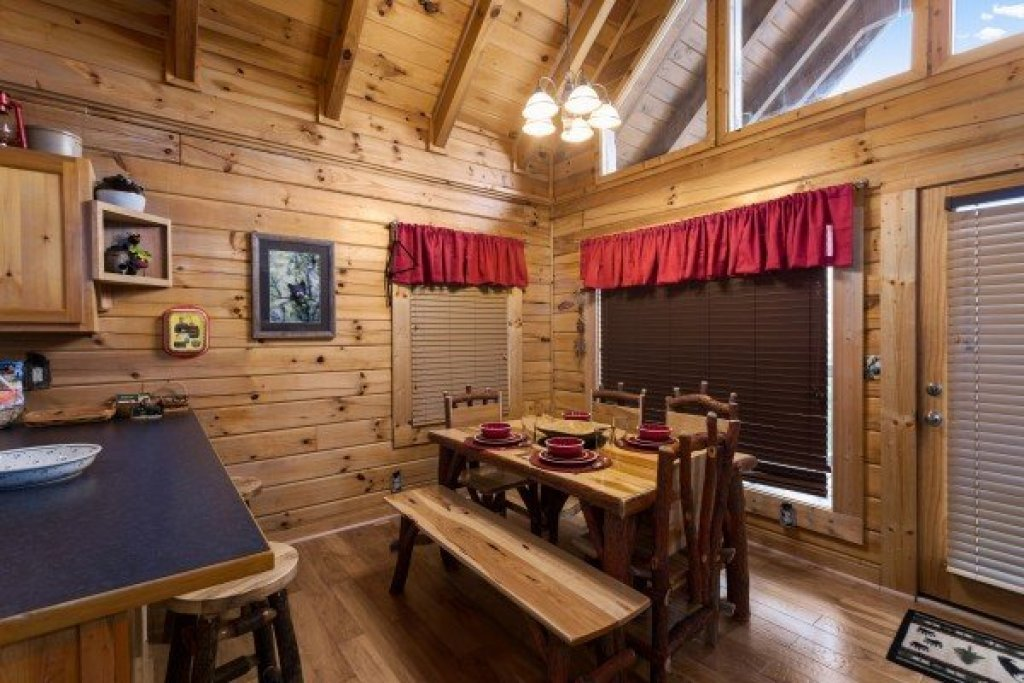 Photo of a Sevierville Cabin named Bootlegger's Bounty - This is the seventh photo in the set.