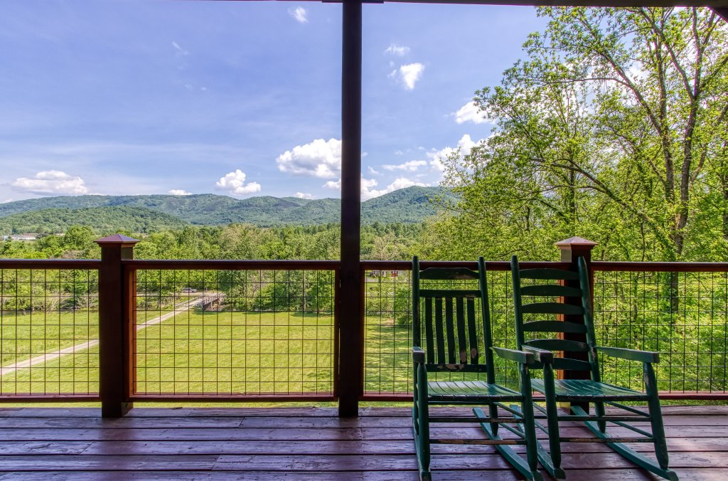 Photo of a Gatlinburg Cabin named Mystical Creek Pool Lodge #600 - This is the twenty-fifth photo in the set.