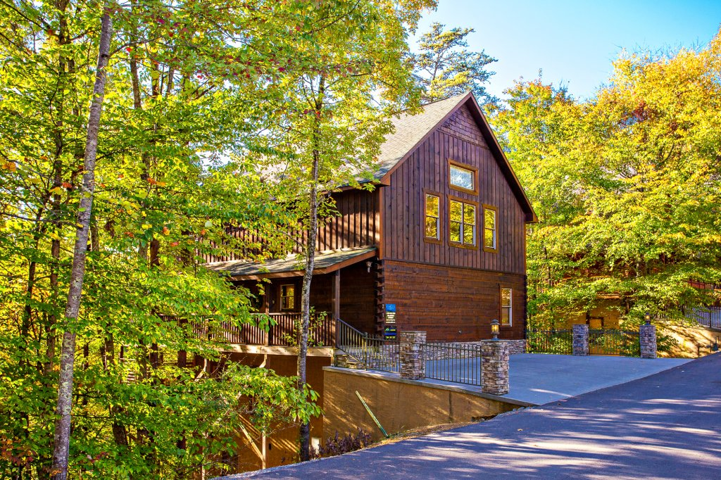 Photo of a Pigeon Forge Cabin named Majestic Forest - This is the first photo in the set.