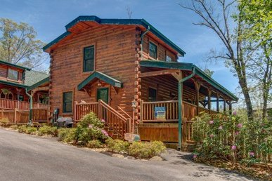 3 Bedroom, 3 Bath Luxury Cabin For 10 With A Gas Fireplace, Jacuzzi, And Hot Tub