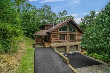 2 King Bedrooms, 2.5 Bath Luxury Cabin For 6 With A Game Room, Hot Tub & Views.