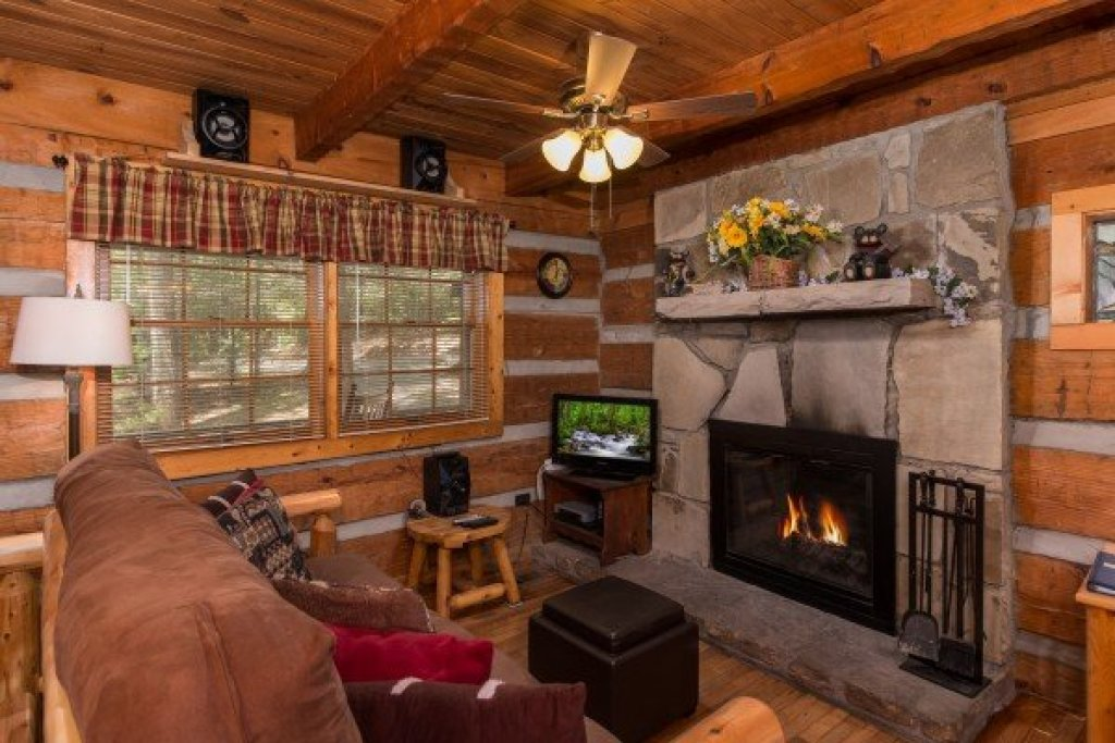 Photo of a Sevierville Cabin named Little Bear - This is the third photo in the set.