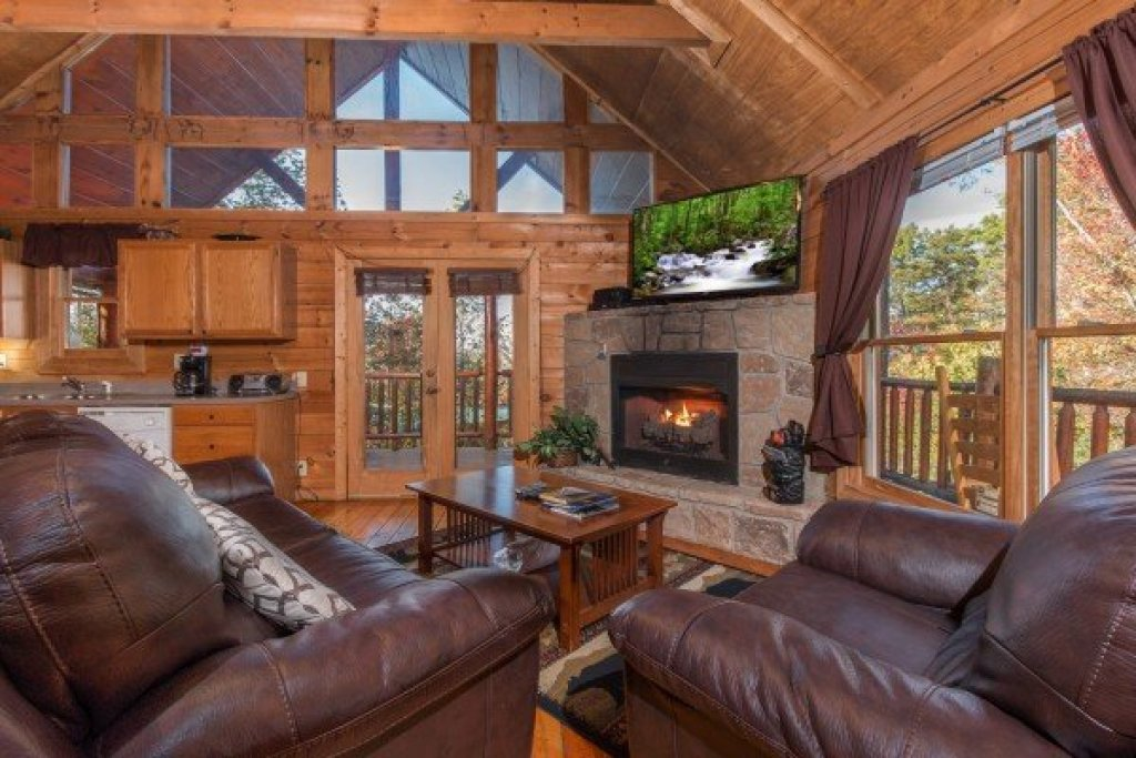 Photo of a Gatlinburg Cabin named Lincoln Logs - This is the second photo in the set.