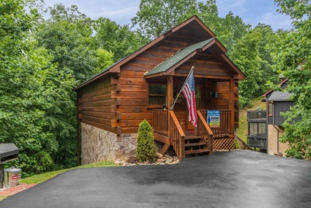 Photo of a Pigeon Forge Cabin named Kelly's Cabin - This is the first photo in the set.