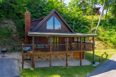 A 2 Bedroom, 2 Bath, Luxury Cabin For 6 With Arcade Games And Lake View.