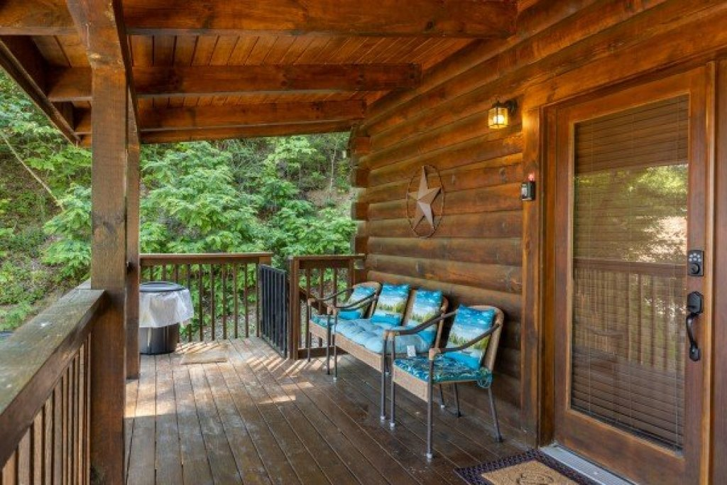 Photo of a Sevierville Cabin named Lakeview Point - This is the third photo in the set.