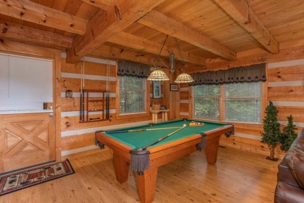 Photo of a Sevierville Cabin named Bearfoot Crossing - This is the fifth photo in the set.