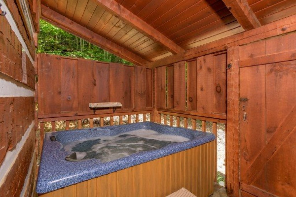Photo of a Sevierville Cabin named Bearfoot Crossing - This is the eighth photo in the set.