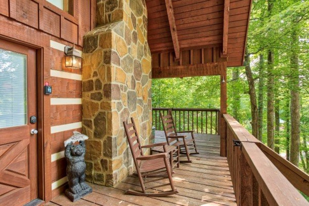 Photo of a Sevierville Cabin named Bearfoot Crossing - This is the second photo in the set.