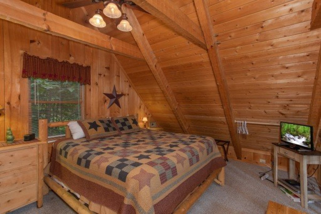 Photo of a Sevierville Cabin named Bearfoot Crossing - This is the tenth photo in the set.