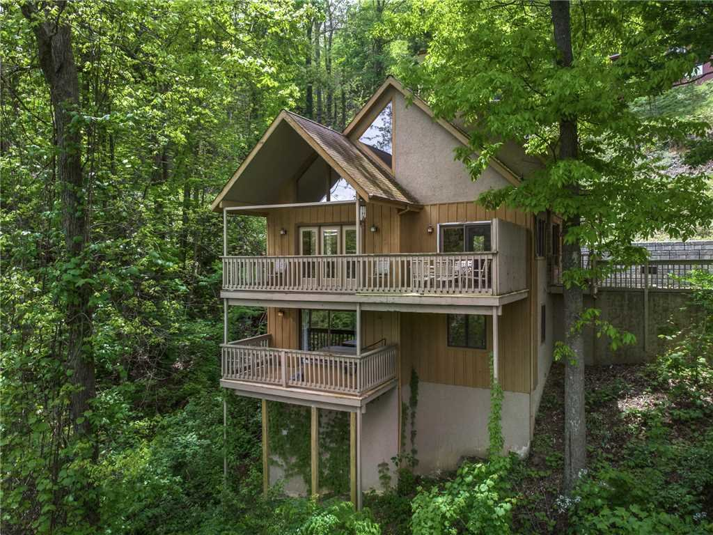Photo of a Gatlinburg Cabin named Bear Crossing Cabin - This is the first photo in the set.
