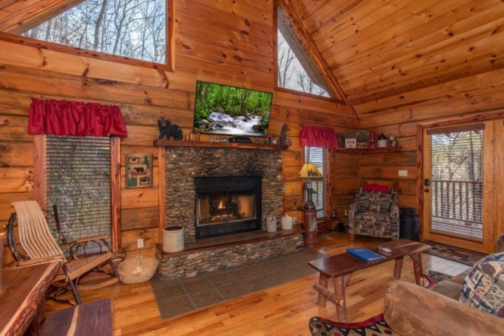 Photo of a Pigeon Forge Cabin named Moonshiner's Ridge - This is the third photo in the set.