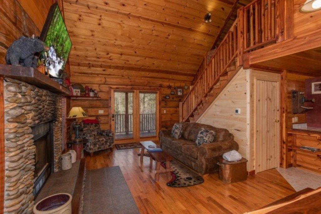 Photo of a Pigeon Forge Cabin named Moonshiner's Ridge - This is the fourth photo in the set.