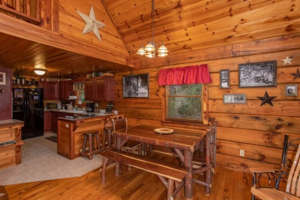 Photo of a Pigeon Forge Cabin named Moonshiner's Ridge - This is the fifth photo in the set.