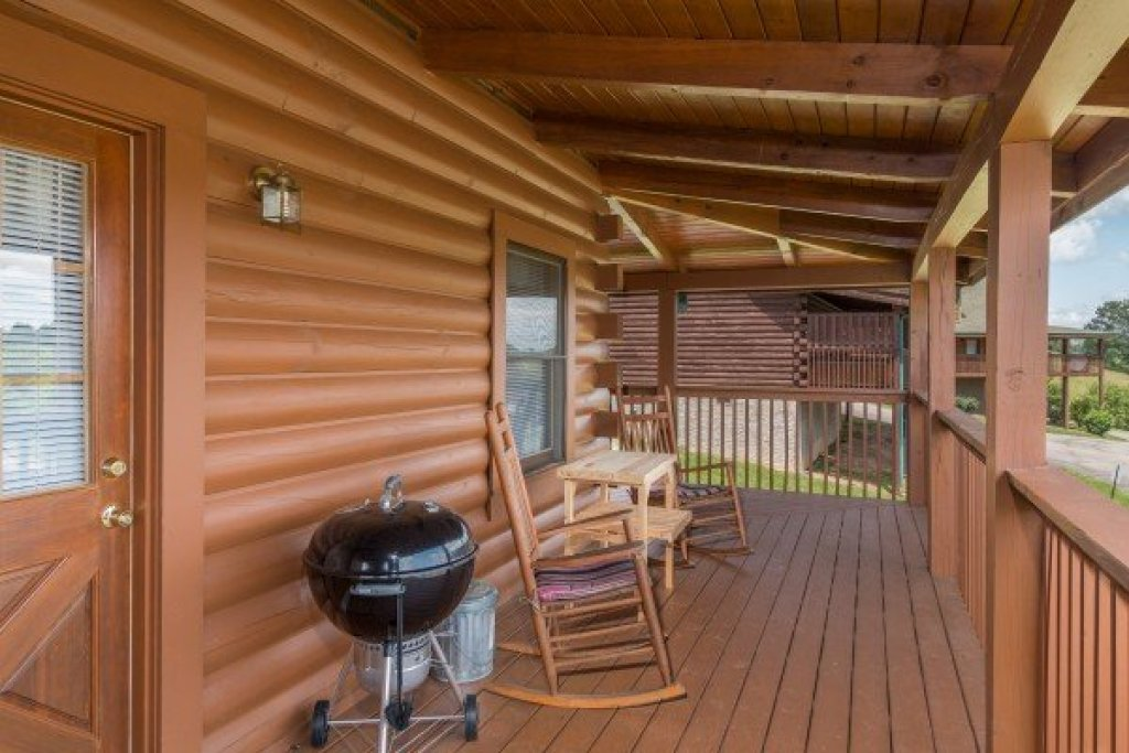 Photo of a Pigeon Forge Cabin named Momma Bear - This is the second photo in the set.