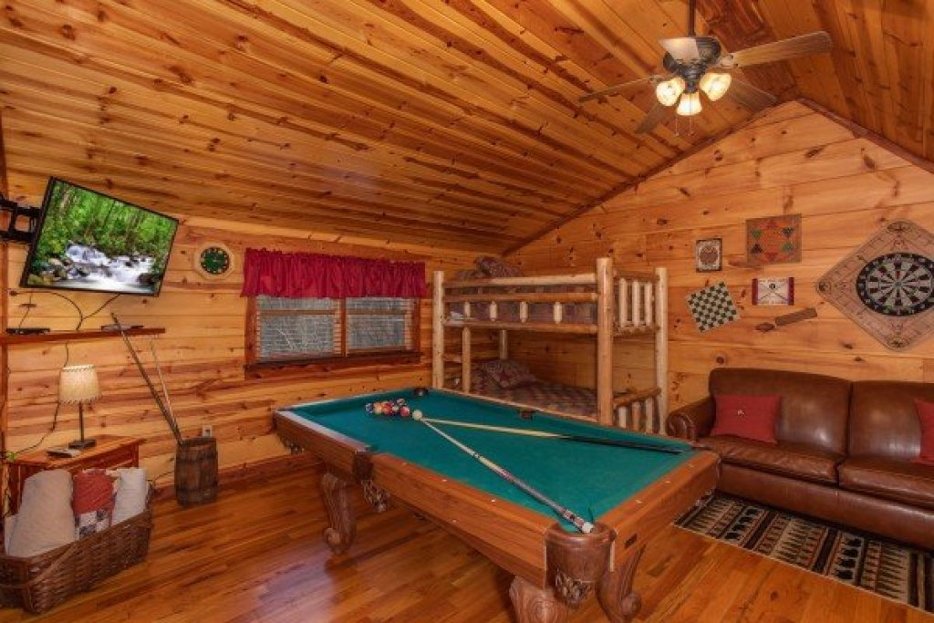Photo of a Pigeon Forge Cabin named Moonshiner's Ridge - This is the eighteenth photo in the set.