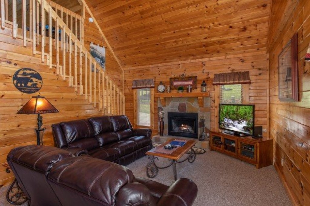 Photo of a Pigeon Forge Cabin named Momma Bear - This is the fourth photo in the set.