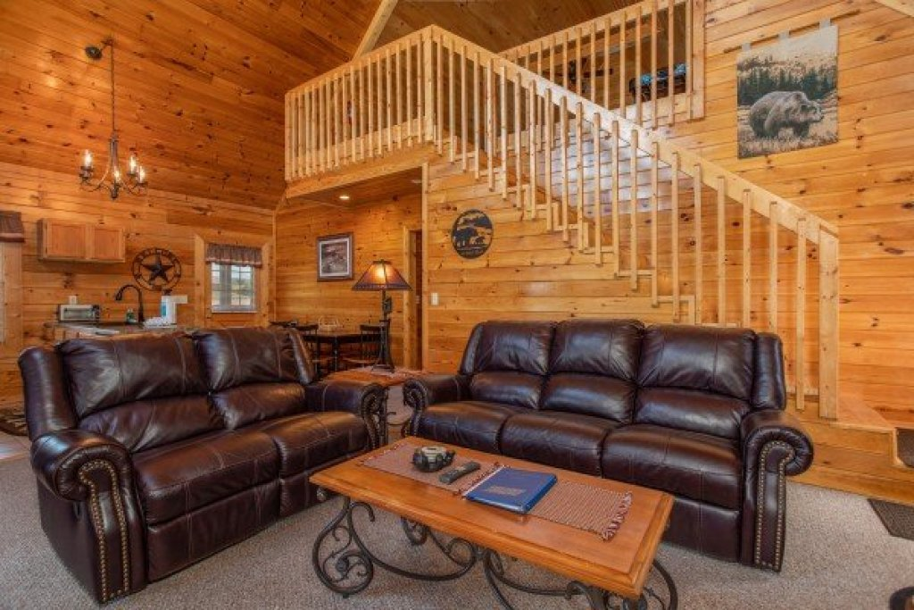 Photo of a Pigeon Forge Cabin named Momma Bear - This is the third photo in the set.