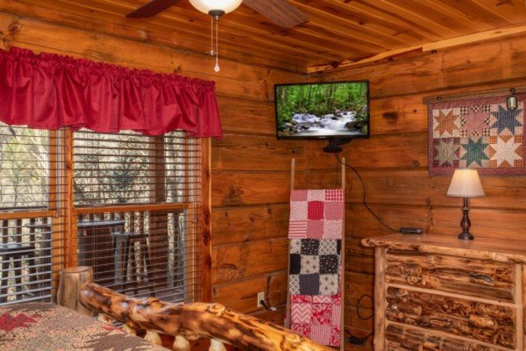 Photo of a Pigeon Forge Cabin named Moonshiner's Ridge - This is the fifteenth photo in the set.