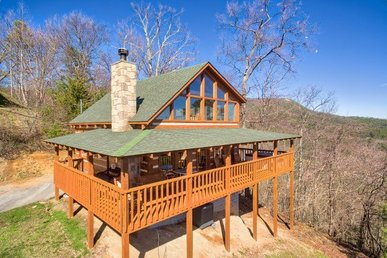 1 Bedroom, 2 Bath Deluxe Cabin For 4 With A Hot Tub And Glorious Mountain Views.