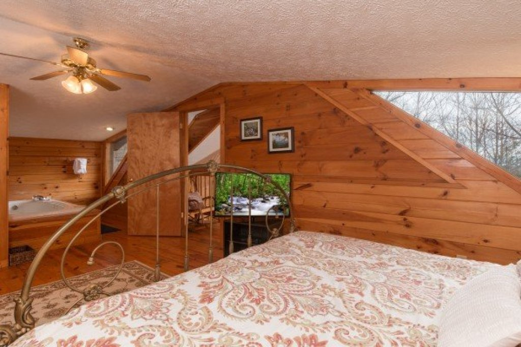 Photo of a Gatlinburg Cabin named Mountain Treehouse - This is the twelfth photo in the set.