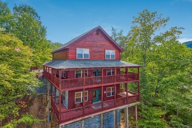 6 Bedroom, 5 Bath Luxury Cabin For 16. Easy To Access & Close To The Attractions