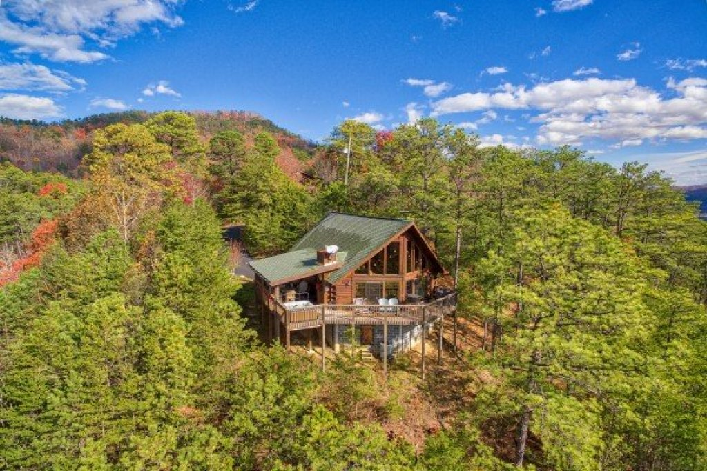 Photo of a Sevierville Cabin named R & R Hideaway - This is the second photo in the set.