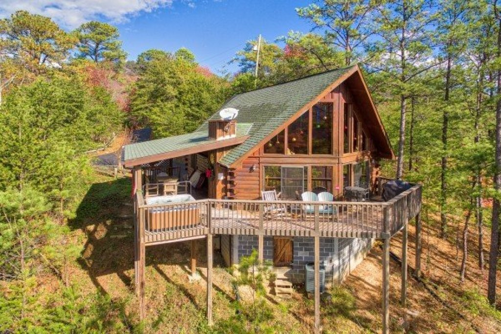 Photo of a Sevierville Cabin named R & R Hideaway - This is the first photo in the set.