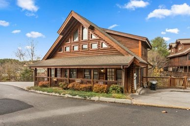 2 Bedroom, 2.5 Bath Deluxe Cabin For 8. Easy To Access In A Resort Setting.