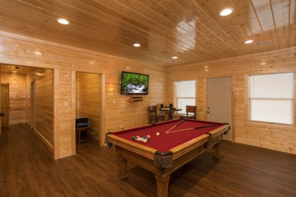 Photo of a Gatlinburg Cabin named Splash Mountain Lodge - This is the thirty-first photo in the set.