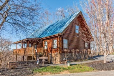 4 Bedroom, 3 Bath Deluxe Cabin For 17 With A Hot Tub, Foosball & Pool Tables.