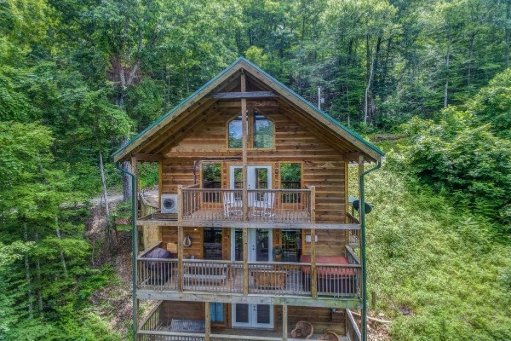 Photo of a Sevierville Cabin named Whispering Oak - This is the first photo in the set.