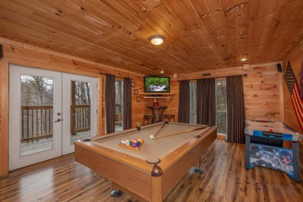 Photo of a Sevierville Cabin named Whispering Oak - This is the sixteenth photo in the set.
