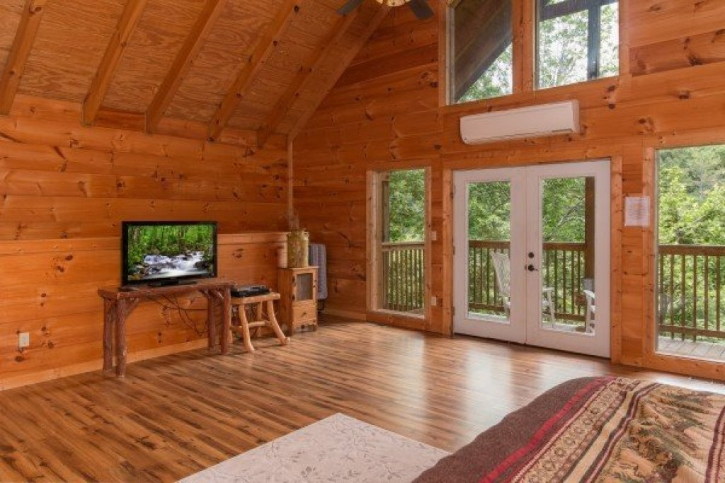 Photo of a Sevierville Cabin named Whispering Oak - This is the thirteenth photo in the set.